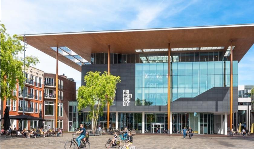 Het Fries Museum aan het Wilhelminaplein in Leeuwarden, gefotografeerd in het pre corona tijdperk.