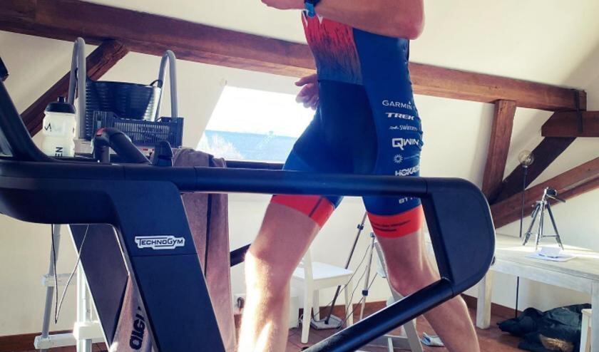 <p>Maarten op zijn eigen zolder op de loopband 42 kilometer aan het hardlopen.</p>
