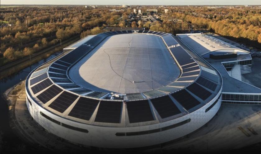 Het huidige dak met de huidige zonnepanelen. Een nieuwe coating op het dak kan de verzekeringskwestie oplossen. De nieuwe deadline is 1 juni 2021.