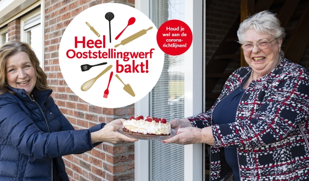 <p>Wethouder Esther Verhagen brengt een zelfgemaakte taart bij Rita den Boer.</p>