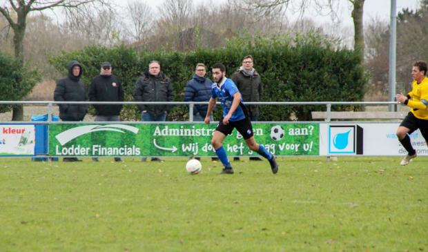 <p>Jesper aan de bal met blauw shirt</p>