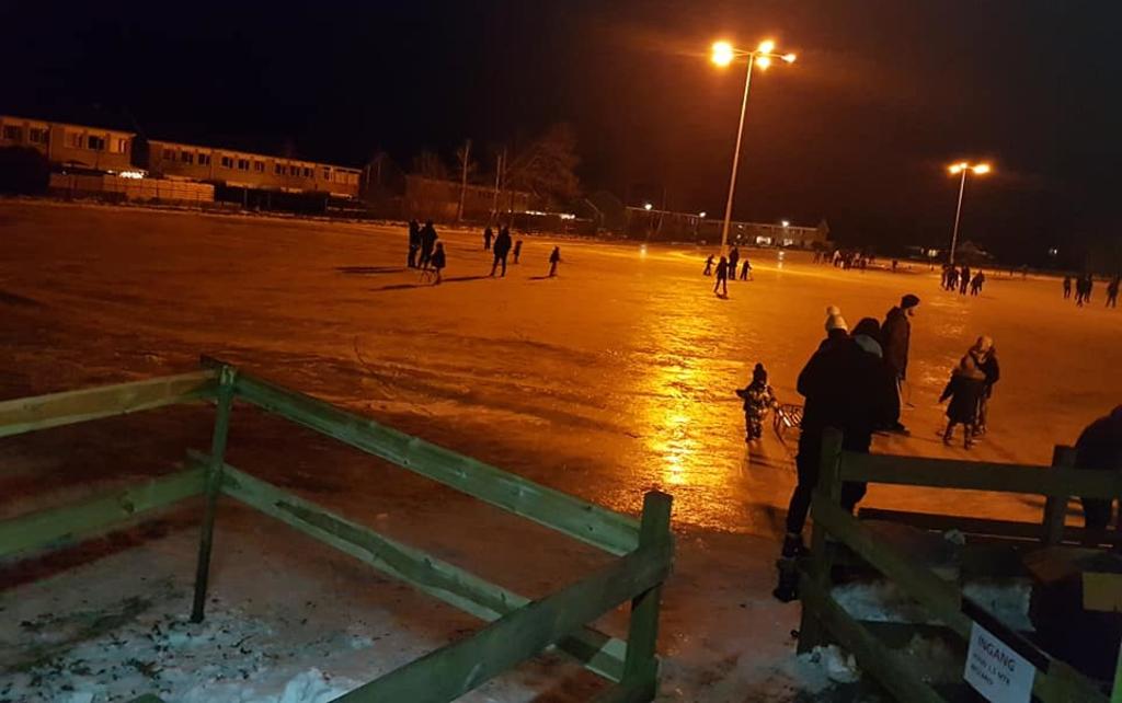 Ook in de avonduren is er flink van de ijsbaan gebruik gemaakt. Foto: IJsclub De Friese Grens © Rondom De Stellingwerven