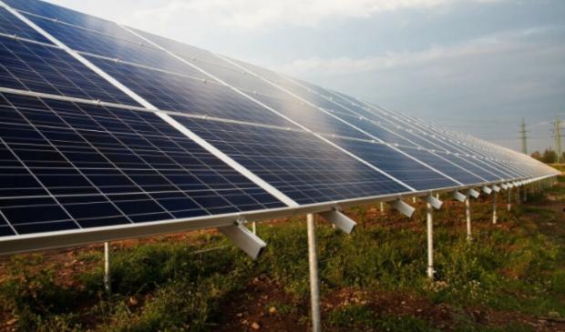 Zonnepanelen op het land. Leeuwarden wil naar een mix toe van zonnepanelen op land en op daken.