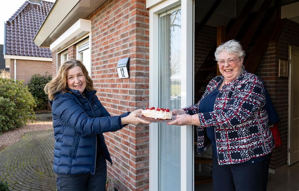 <p>Wethouder Esther Verhagen brengt een zelfgemaakte taart bij Rita den Boer.</p> <p>Foto: Paul Kooi</p> © Rondom Drachten