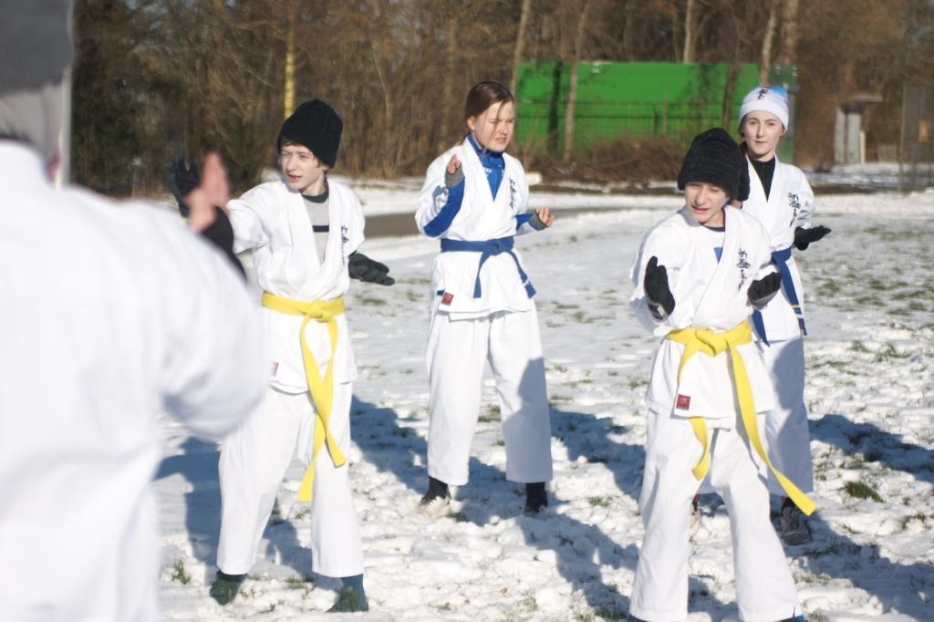 <p>Keurig op voldoende afstand om het coronavirus niet de kans te geven van de een naar de ander te springen genieten ze van de karatetraining in de buitenlucht.</p> <p>Foto: Staffan Utzon</p> © Rondom Leeuwarden