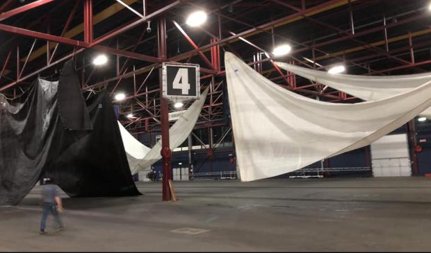 De zeilen en fuiken hangen te drogen in het WTC Expo.