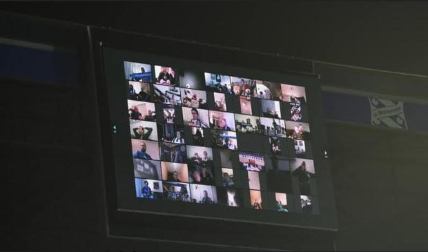 Hier enkele van de zesduizend virtuele toeschouwers in beeld die Heerenveen in de bekerfinale tegen Ajax hebben aangemoedigd in het verder vanwege coronaregels stille Abe Lenstra Stadion.
