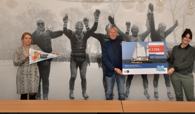 Bestuursleden Margreet Themmen en Wilfred de Jong ontvangen de cheque van 2028 euro uit handen van gedeputeerde Avine Fokkens-Kelder.