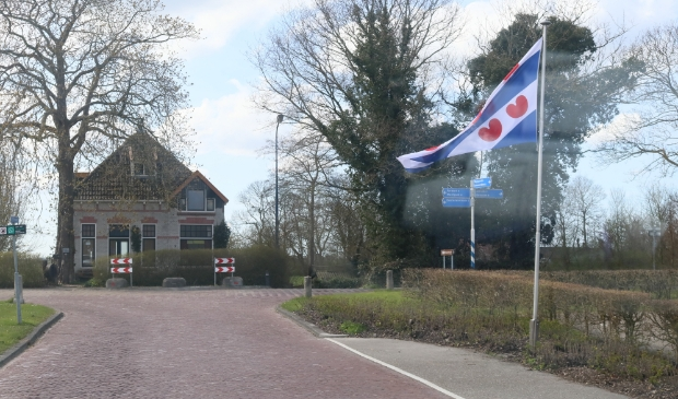 <p>Deze Friese vlag markeerde bij Weidum de Friese bevrijdingsdag van WOII op 16 april. De vlag is ook het symbool van de Friese Nasjonale Partij (FNP). Die voelt zich buitenspel gezet bij het &#39;Deltaplan voor het Noorden&#39;.</p>