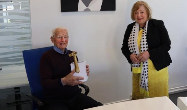 <p>De honderdjarige fietser Piet Kaspers van Terschelling ontvangt wisseltrofee de Gouden Trapper uit handen van burgemeester Caroline van de Pol.</p>