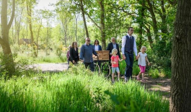 Een begrafenis in de natuurbegraafplaats in Nieuwehorne.