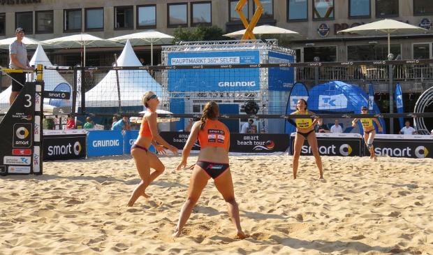 Foto van een beachvolleybaltoernooi in een Duitse stad. In juli komt de nationale top naar Heerenveen én is er een toernooi voor dorpen en voor bedrijven.
