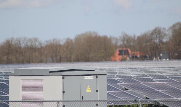 Zonnepanelenpark in Zuidoostelijk Friesland, met op de achtergrond een boerderij met zonnepanelen op het dak.