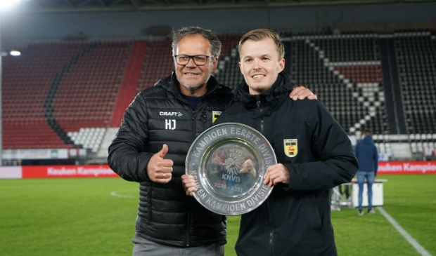 Trainer Henk de Jong en zoon Ruben de Jong van SC Cambuur.