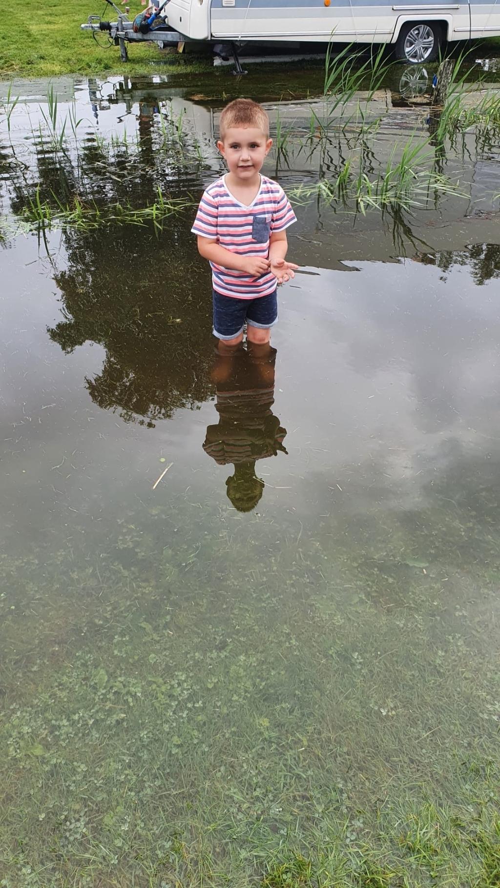 Dit jongetje staat tot zijn knieën in het water Foto: Jappie Elzinga © Rondom Drachten
