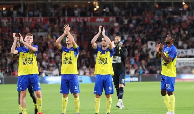 De Cambuurspelers verlaten met opgeheven hoofd het veld tegen PSV.