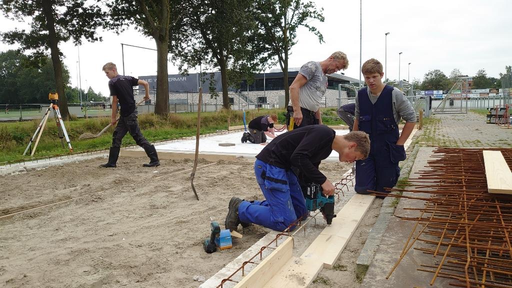 Studenten bouwen een onderhoudsgebouw voor FC Burgum  Foto: Frank de Wilt © Rondom Drachten