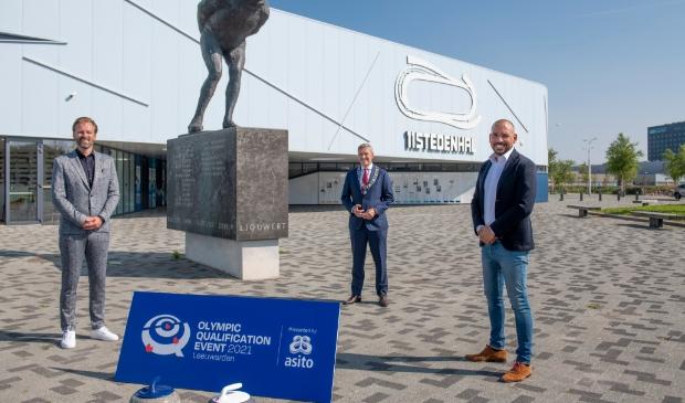 <p>VLNR Klaas Siderius (directeur Elfstedenhal), Burgemeester Sybrand Buma van de gemeente Leeuwarden en Norberth Korsmit (organisator Triple Double)</p>