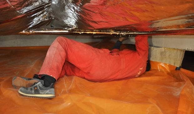 <p>Een medewerker van Tonzon installeert TONZON Thermoskussen</p>