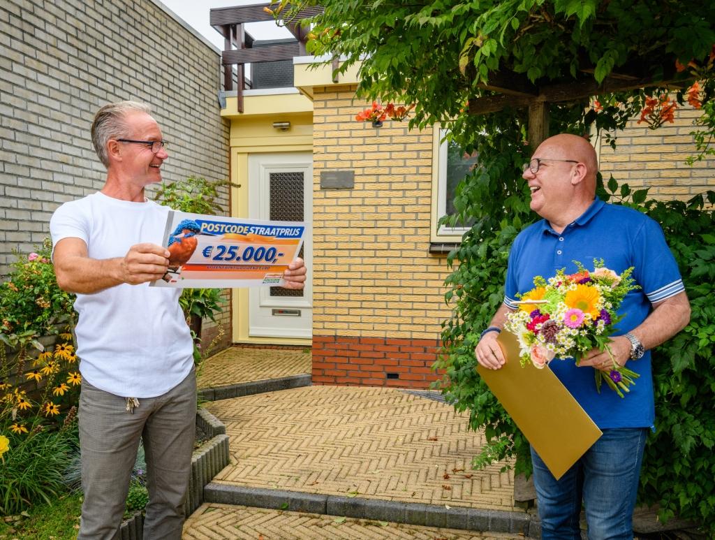 Wietse ontvangt cheque van 25.000 euro van Postcode Loterij-ambassadeur Gaston Starreveld. Foto: Roy Beusker Fotografie/Amy van Leiden © Rondom Drachten