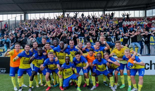 De spelers van SC Cambuur vieren het feestje met het uitvak.