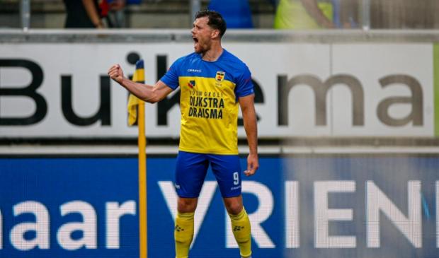 Tom Boere juicht na zijn prachtige 0-2 tegen Go Ahead Eagles.