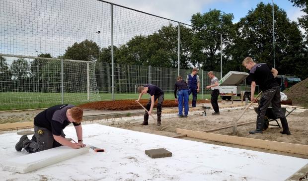 <p>Studenten bouwen een onderhoudsgebouw voor FC Burgum </p>