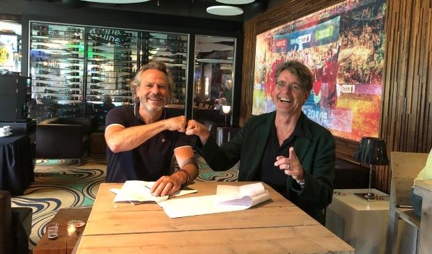 Bestuursvoorzitters Carlo Segers (Friesland College) en Wim van de Pol (Noorderpoort) ondertekenen de samenwerkingsovereenkomst.