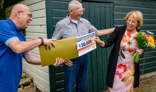 <p>Marijke en Allan ontvangen cheque van 50.000 euro van Postcode Loterij-ambassadeur Gaston Starreveld. </p>