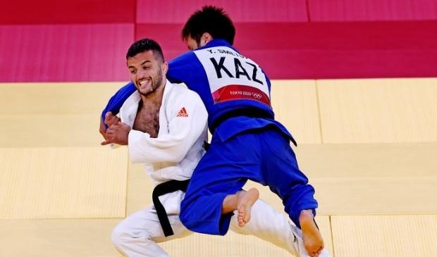 <p>Tornike Tsjakadoea in actie op de Olympische Spelen tegen Yeldos Smetov uit Kazachstan</p>