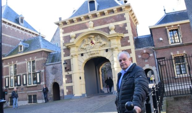 Ruud Rutten bij het Binnenhof waar uiteindelijk de belangrijke beslissingen moeten worden genomen.