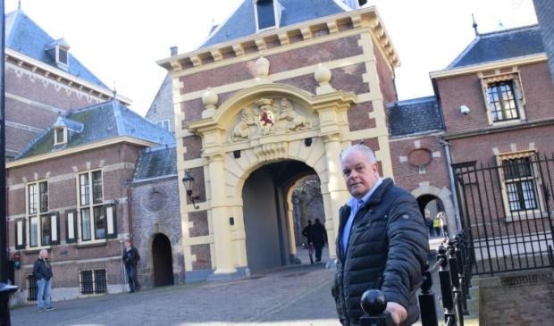 Ruud Rutten bij het Binnenhof waar de belangrijke beslissingen moeten worden genomen. Woensdag biedt hij namens de Alliantie Samen Sterk hier het einddocument aan.