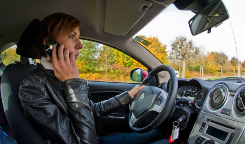 Is je smatphone gebruiken tijdens autorijden roekeloos? Veilig Verkeer Nederland (VVN) vindt dit zeker.