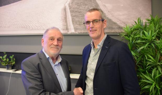 <p>Peter van Neck (links) droeg eerder dit jaar de voorzittershamer van de VRB over aan Jos van Zuylen.</p>