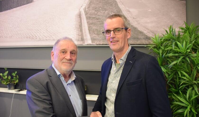 Peter van Neck (links) draagt de voorzittershamer van de VRB  over aan Jos van Zuylen.