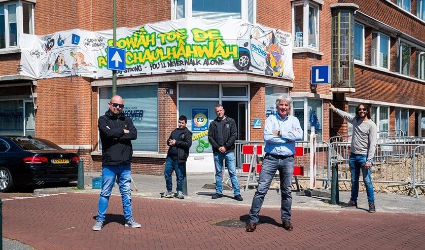 Haagse supporters steken in plat Haags ras-Hagenaar Theo Vuijk )tweede van rechts) een hart onder de riem.