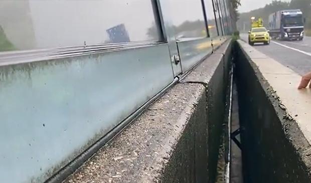 <p>Zo hoog stond het water op de A2, hetgeen reden was om de weg af te sluiten.</p>