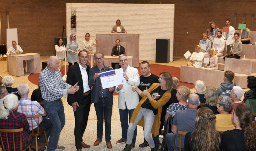 Van links naar rechts: Hans Schouten, productieleiding; René van der Heijden, directeur Rabobank; Wil van de Wiel en Willem Verder (bestuur Ons Eygen Landt); Mark van Oers, productieleiding; Suzanne van Straten, regisseuse.