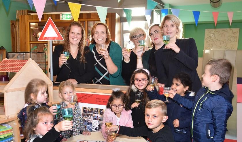 De kinderen mochten 'meeproosten' tijdens de feestelijke opening. Foto: Marijke Vermeulen