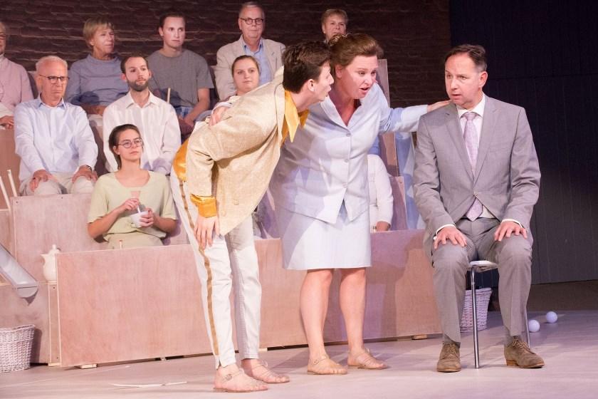 Toneelstichting Ons Eygen Landt trakteerde de bezoekers op vermakelijk en absurdistisch theaterspel met het stuk 'Grof Schandaal!' Foto: Marijke Vermeulen