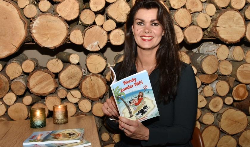 Wendy Vlemminx met haar boek. De voorkant werd getekend door Geert Retera. Foto: Marijke Vermeulen