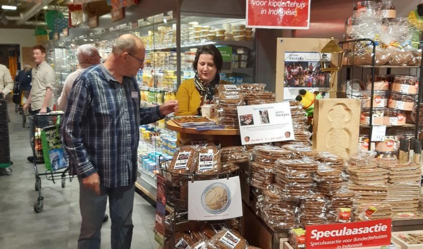 Frans Versantvoort, medewerker van werkatelier EEHT, en Ellen van Aaken zijn enthousiast aan het verkopen.
