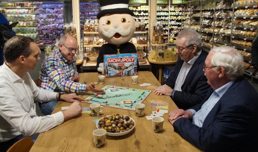 De beide Plus eigenaren spelen met de burgemeester en Harry Smits (Foto, Cor Delissen)