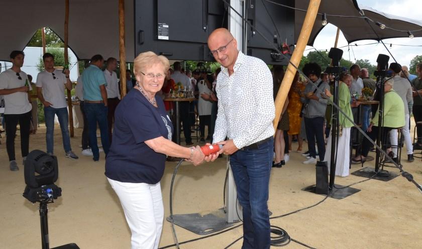 Moeder en zoon Van Kessel verrichtten de opening.