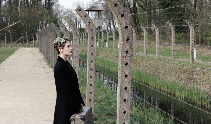 Sanne Maas speelt de Joodse danslerares Roosje Glaser.