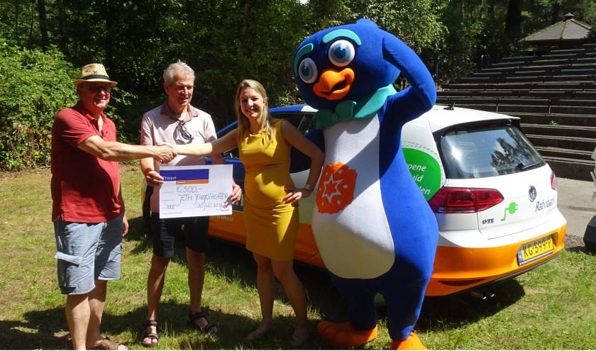 Lenneke Janssen van Rabobank Het Groene Woud Zuid reikt de cheque uit aan de Jeth-organisatie.