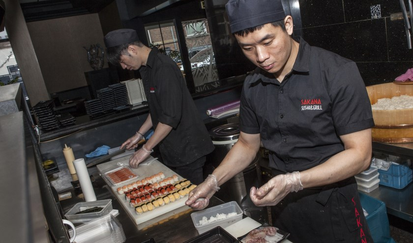 U waant zich bij Sakana moeiteloos in een sfeervolle Japanse sushi bar. Foto: Michel van de Langenberg