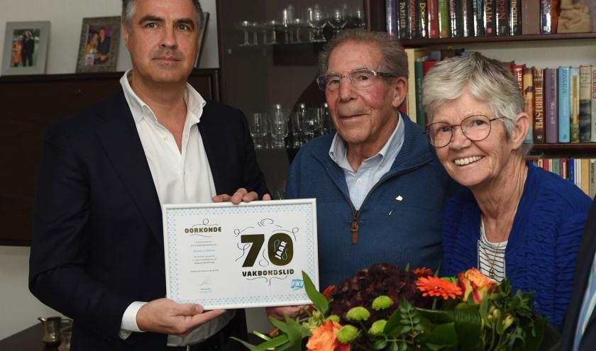 Vakbondsman in ruste Jacques Warnaar (midden) met zijn vrouw Janny en FNV-regiohoofd Theo van der Werf. Foto: Henk van Esch