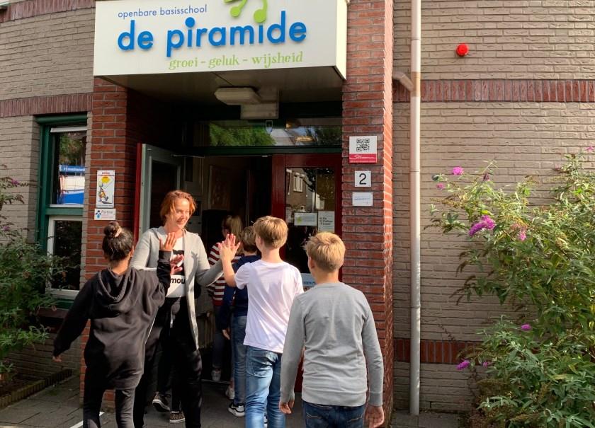 Denise geniet van de vrolijke kinderen die 's ochtends De Piramide binnenkomen. Foto: Eefje van Lith