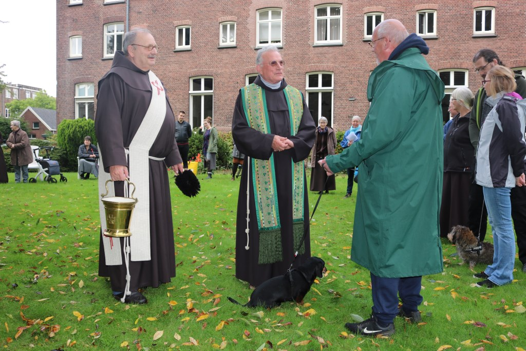 Ook teckel Diederik is ingewijd, tot genoegen van baasje Willem van Woensel (rechts).    © bosscheomroep.nl